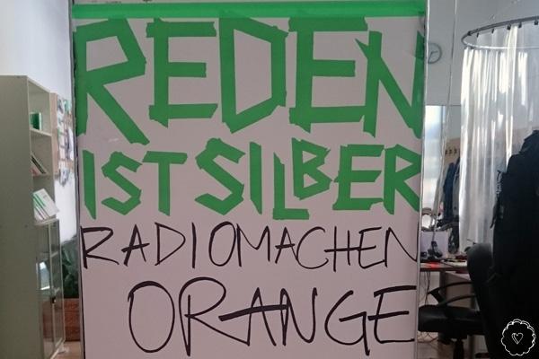 Reden ist Silber, Radiomachen Orange