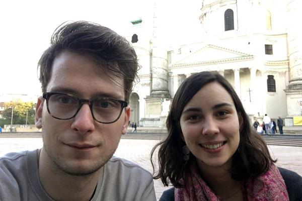 Max und Jana vor der Karlskirche