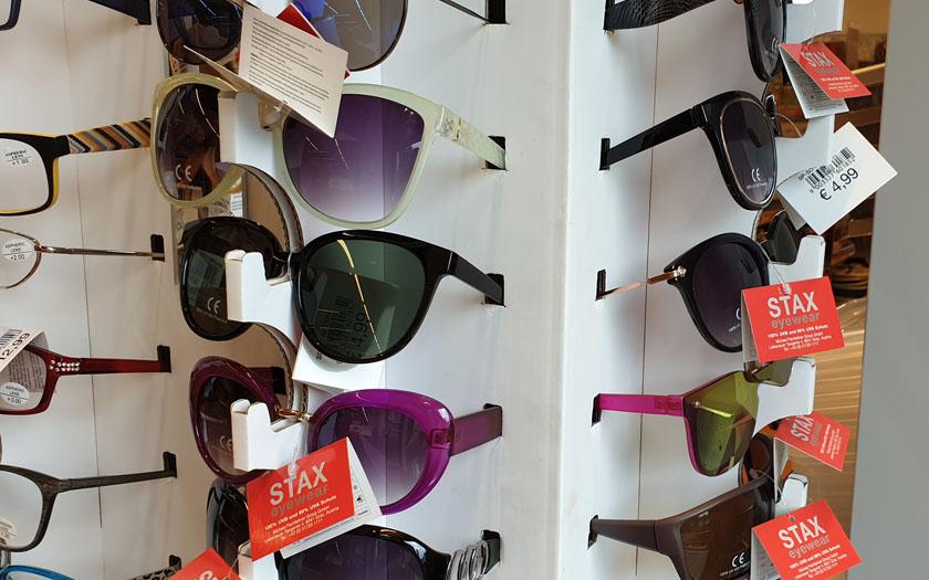 ein sonnenbrillenständer im supermarkt