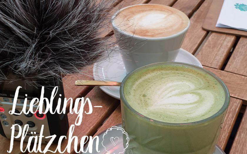 """glas matchalatte, tasse kaffee, aufnahmepuschel, """"lieblings-plätzchen""""-schriftzug links unten"""