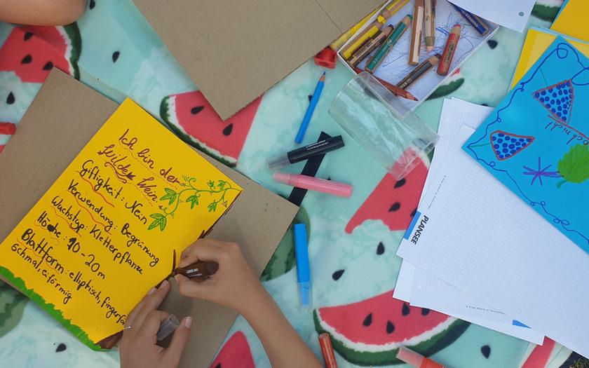 Picknickdecke mit Kinderzeichnungen und Stiften